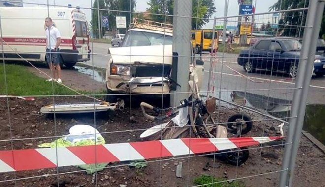 водитель в пешеходной зоне снес коляску