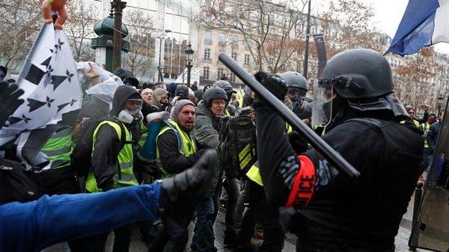 «Французский майдан» желтых жилетов продолжается