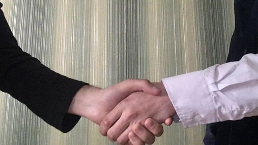 Как правильно пожимать руку
